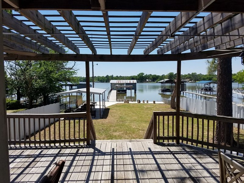 """'Twin Pines""""- Lakefront House w/ Boat House, Kayaks & Over Water Swings, location de vacances à Springtown"""