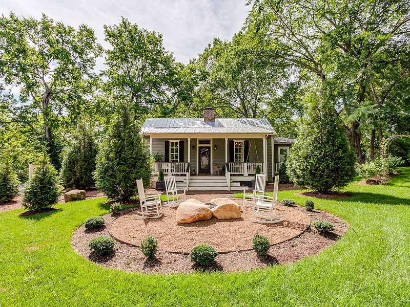 Sugar Shack - Luxury Farmhouse Style Cottage in the heart of Downtown Franklin, vacation rental in Franklin