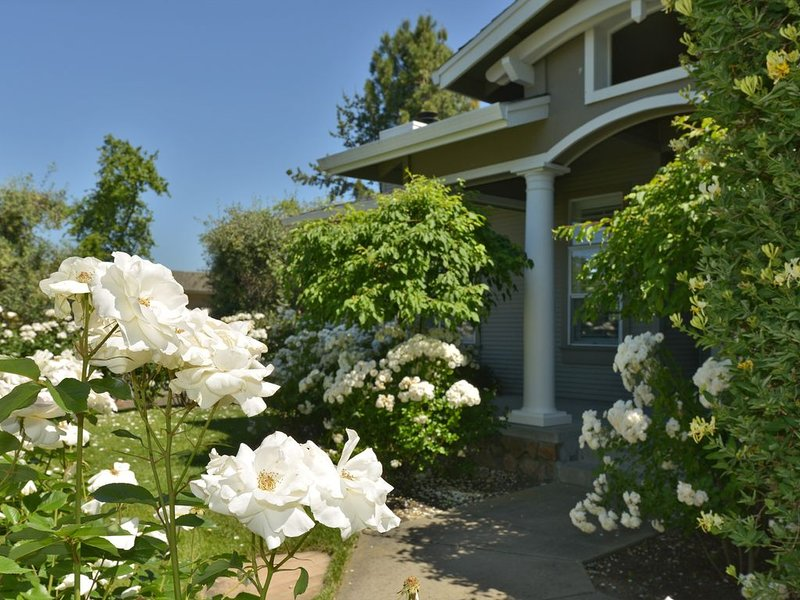 Elegant Yountville Retreat...Your Wine Country Vacation Begins at Your Doorstep, holiday rental in Yountville