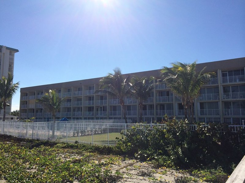 Direct access to the BEACH!  second floor 1BR/1BA, vacation rental in Jensen Beach