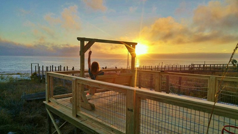 Beachfront! Pets OK, Fenced/gated, screen porches, ground level convenience!, alquiler vacacional en Panacea