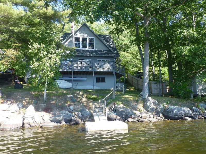 Lakeside Year Round House on the Water's Edge,  deck and beautiful sunsets!, holiday rental in Union