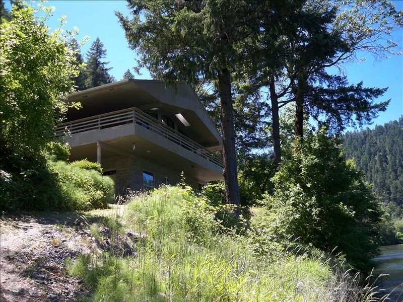 Gorgeous Riverfront Home Wild and Scenic Rogue River, holiday rental in Wolf Creek