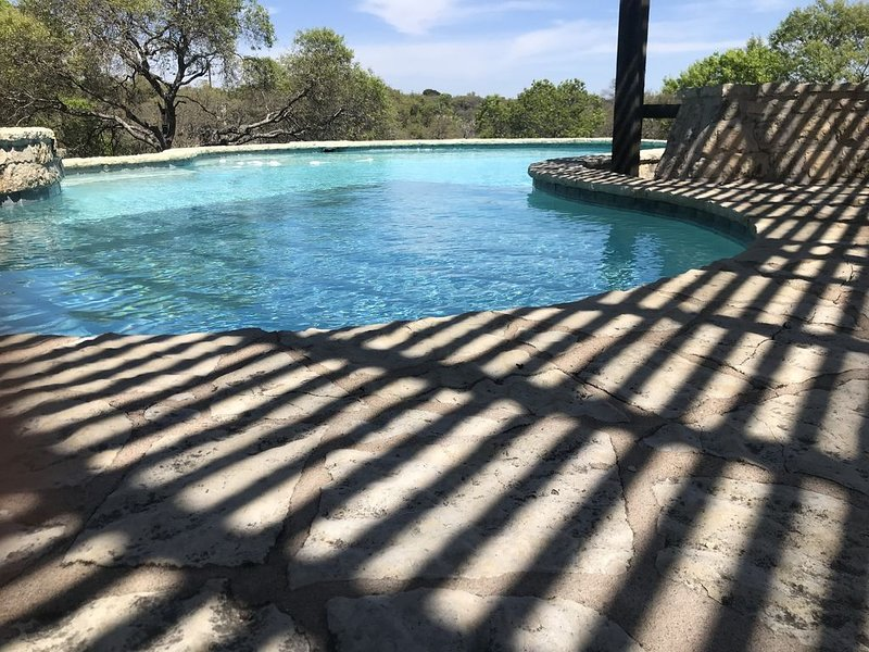 Private Pool at the Falling Star Retreat- Pool and Hot Tub 5 bedroom sleeps 10, vacation rental in Fredericksburg
