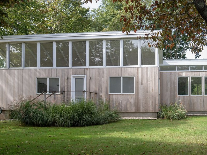 Mid-century on idyllic pasture like setting with pond, vacation rental in Shelter Island