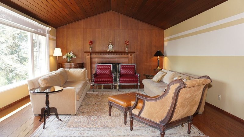 Lovely, clean and spacious 4 bedroom with newly remodelled 2 and 1/2 bath, casa vacanza a El Cerrito