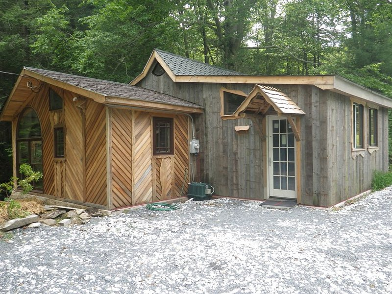 Cozy streamside cabin, convenient to Ski Liberty and Gettysburg, holiday rental in Emmitsburg