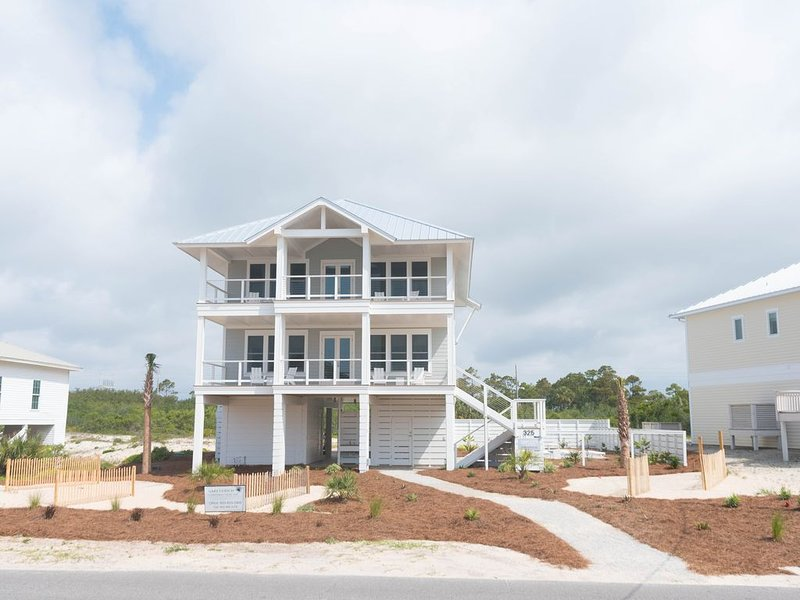 New luxurious home across from beach, private pool, huge porches, a Must-See!, location de vacances à Eastpoint
