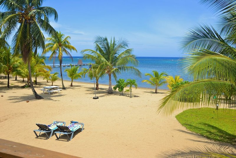 Beachfront,  Private, Secure  Guest House  -owners next door to help, casa vacanza a Bay Islands