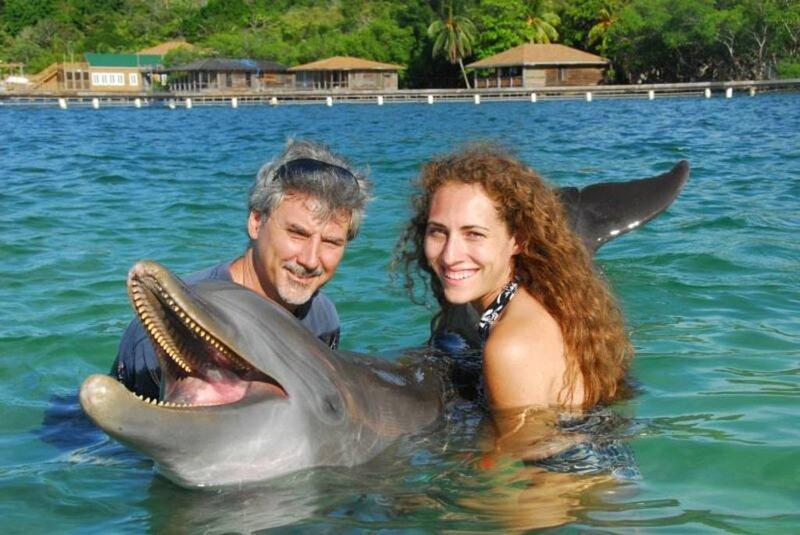 Al och en av världens veterinärmedlemmar vid AKR-delfinmötet och öppen simning.