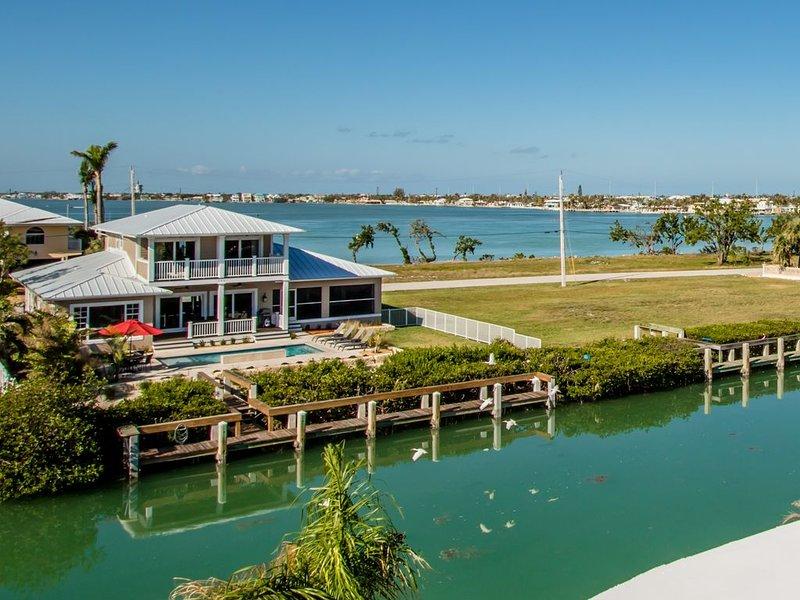 Luxury Pool home, WiFi, Waterfront, Quick Ocean access!, aluguéis de temporada em Key Colony Beach