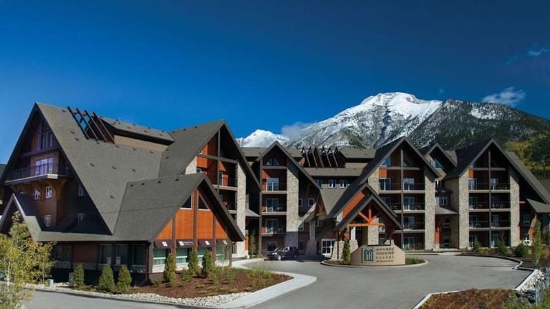 Mountain view retreat - 1 BR Canmore condo w/pool, waterslide & hot tub, vakantiewoning in Kananaskis Country