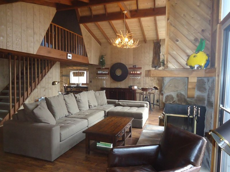 Year-round Lakeside Chalet – Beautifully Renovated & Conveniently Located, alquiler de vacaciones en Defiance