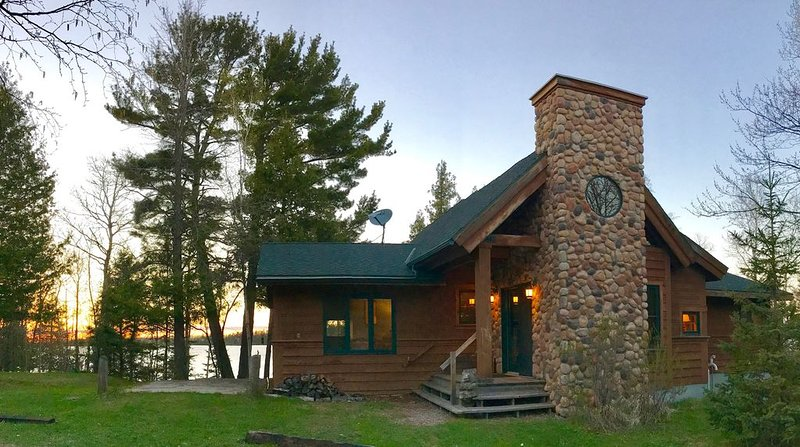 Air-Conditioned Year-Round Lakeshore Cabin, holiday rental in Cook