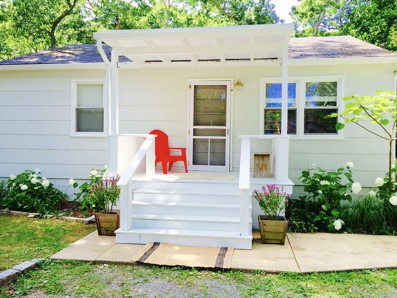 Adorable Southold Cottage in the heart of LI's North Fork ~ Kayak & Paddle Board, vacation rental in Southold