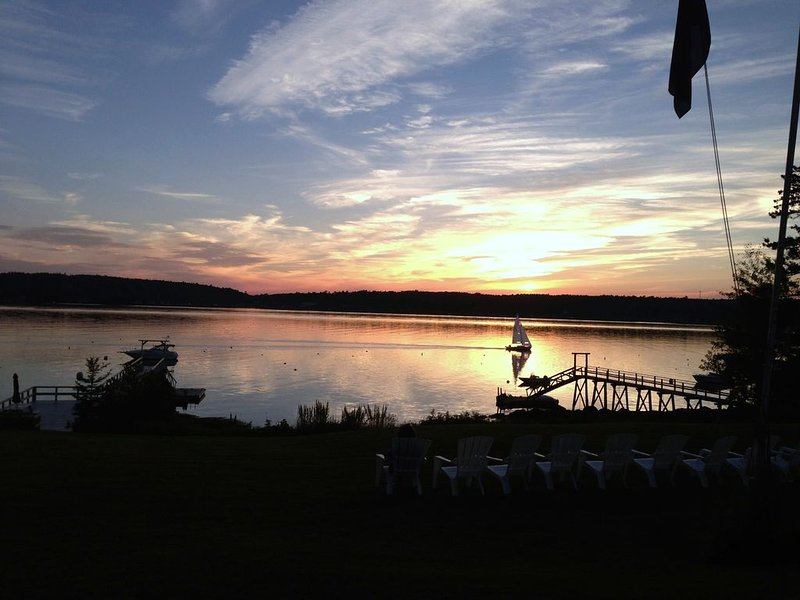 Gorgeous Oceanfront Sunsets With Deep Water Access!, alquiler vacacional en Boothbay