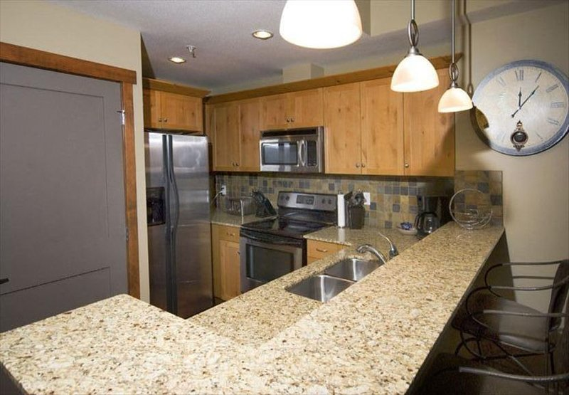 In the HEART of DOWNTOWN CANMORE. Beautiful 2BR/2BA. Unit 311, vacation rental in Canmore