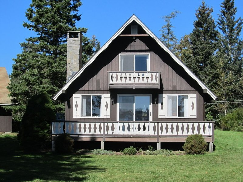 Bass Harbor Oceanfront Chalet:  Peaceful, Private, Great On-The-Ocean View, aluguéis de temporada em Swans Island