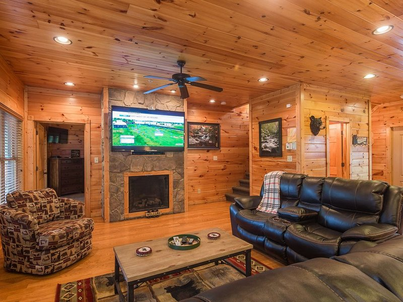 Realizing Dreams Too! A Fabulous 7 Bedroom Cabin NEW OWNERSHIP/OWNER MANAGED, vacation rental in Gatlinburg