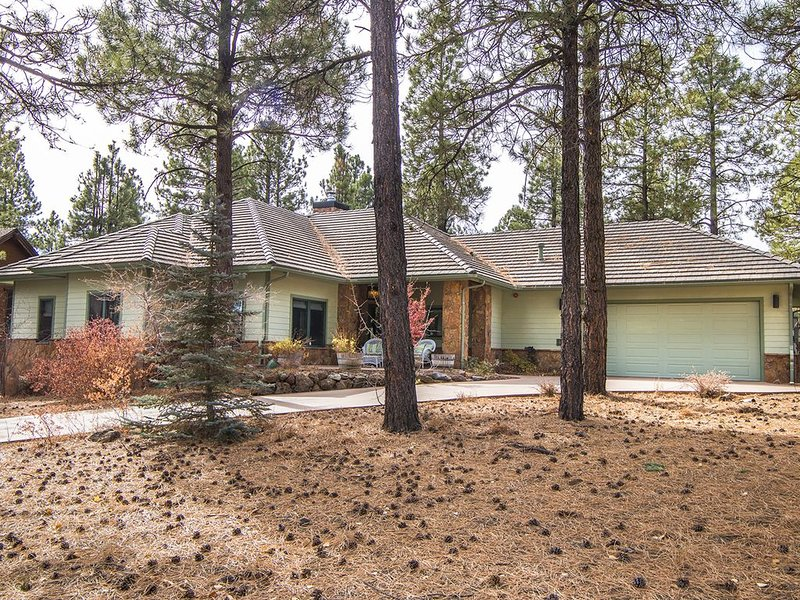 Beautiful mountain golf course getaway in gated community., vacation rental in Flagstaff