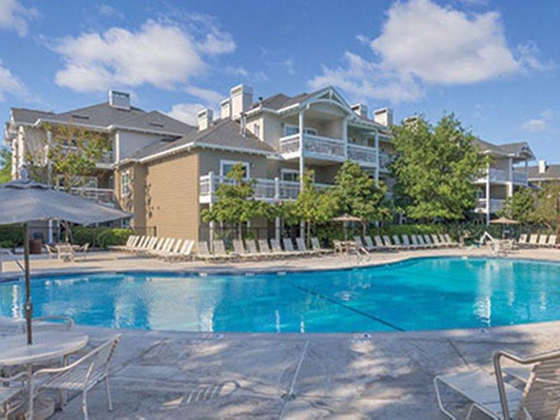Windsor 2BR 2Bath Condo weekly/monthly nice resort Setting! Sleeps6, location de vacances à Windsor