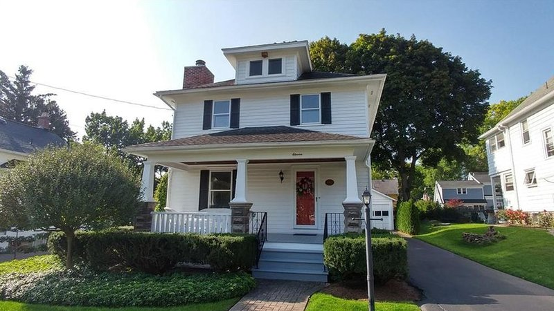 Charming Village home.  Walk to Everything:  Restaurants, shops, and canal trail, holiday rental in Fairport