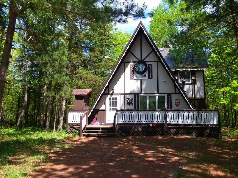 Swiss Style Chalet * Big Powderhorn Village ~ Close to Blackjack/ Indianhead Mts, holiday rental in Bessemer