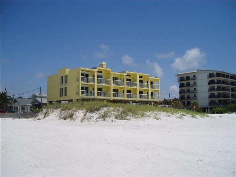 BEACHFRONT Weekly Rental, vacation rental in Clearwater