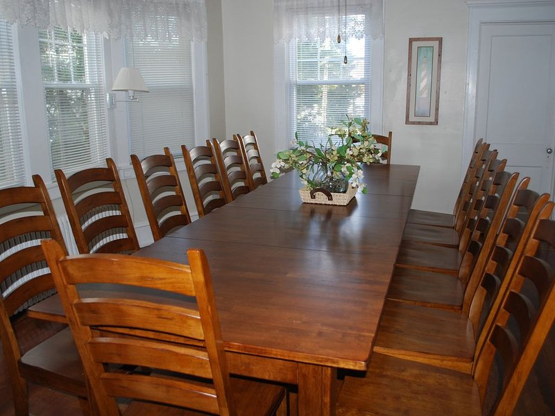 Family reunion house! Sleeps 24 (1 blk to beach), aluguéis de temporada em Ocean City