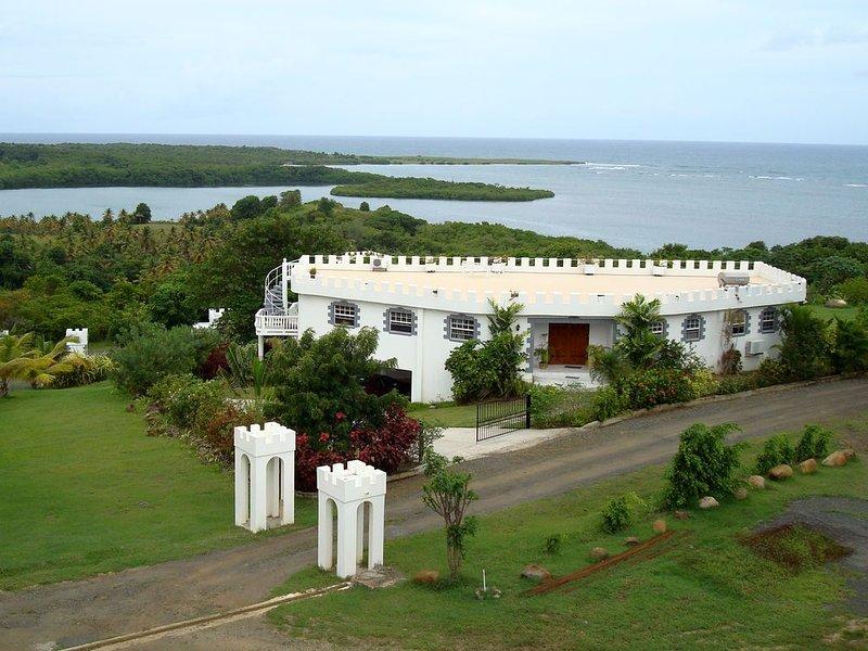 'Castle on the Sea': Executive Villa, 3 BR - W/ Sh. Pool, alquiler de vacaciones en Praslin Quarter