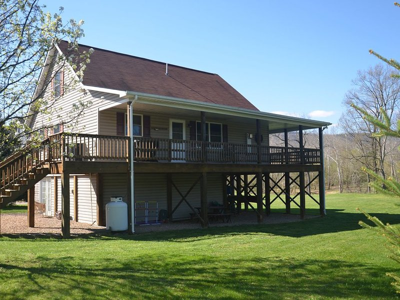 River's Edge Shenandoah Riverfront Cabin, holiday rental in Bentonville