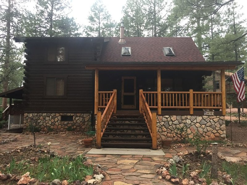 Beautiful log cabin retreat in peaceful Pine, AZ ... with HOT TUB!, alquiler vacacional en Star Valley