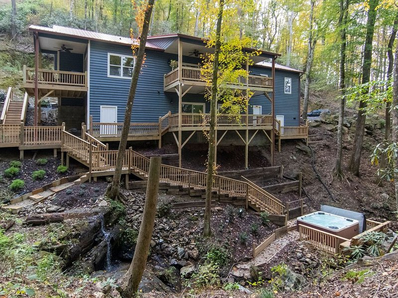 Stunning New Luxury Cabin...Breathtaking Waterfalls on private wooded 3.5 acres, Ferienwohnung in Andrews