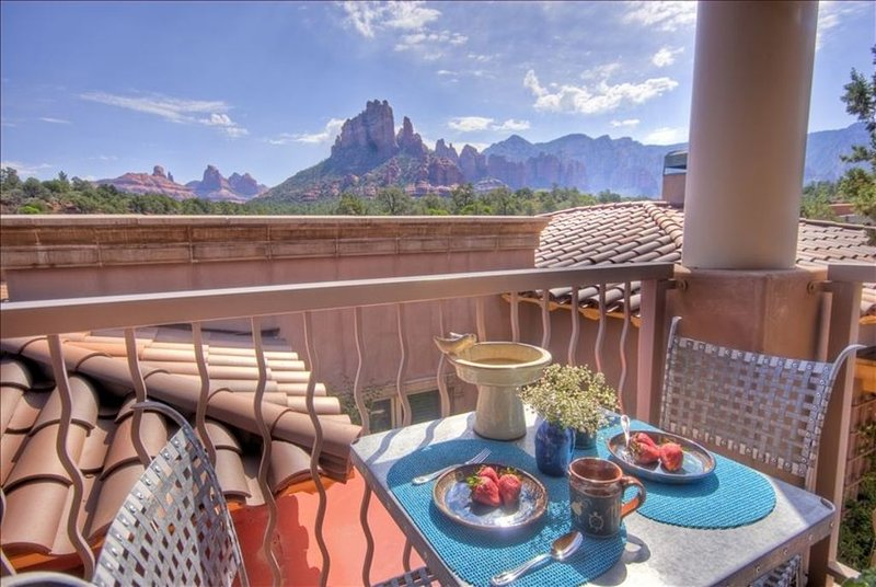 *Sweeping Views*Ensuite Jetted Tub For Two*Private Deck & BBQ*Walk to All*, vacation rental in Sedona