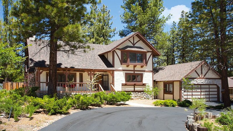 Beautiful Chalet-Style Home - Close to Everything!, alquiler de vacaciones en Big Bear City