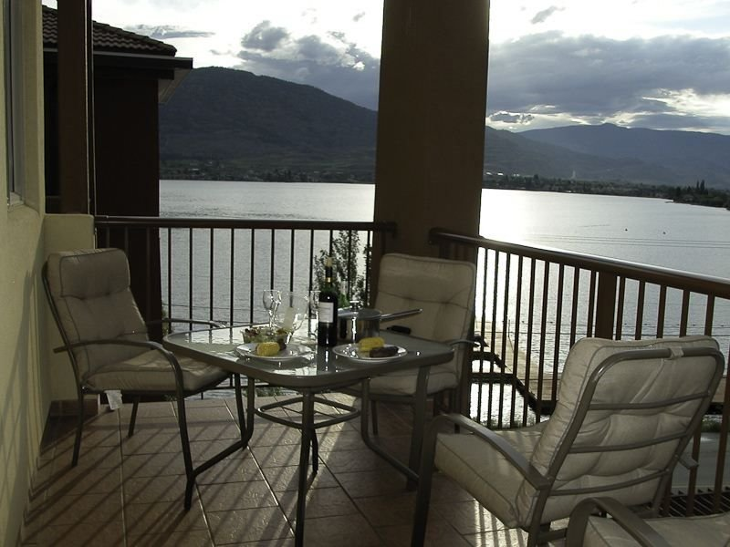 Lakefront Top Floor 3 Bedroom Luxury Condo, holiday rental in Osoyoos