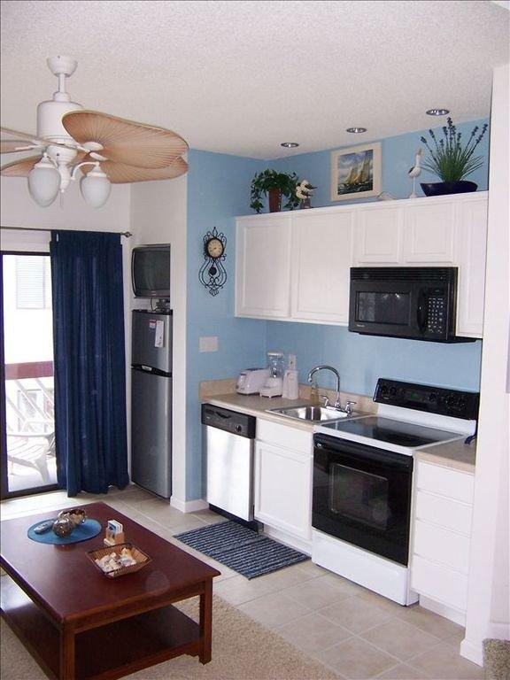Unité 305 - Cuisine avec lave-vaisselle, micro-ondes et cuisinière
