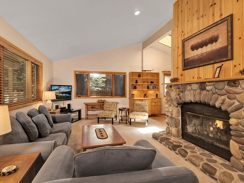 Free Shuttle to Homewood Ski Resort*WI-FI*HDTV*Hot Tub*Fenced Back Yard*, vacation rental in Tahoma