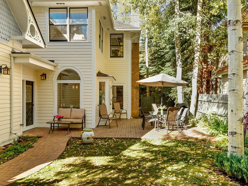 Charming Triangle Park Home - West End - Perfect Location for Summer & Winter!, casa vacanza a Meredith