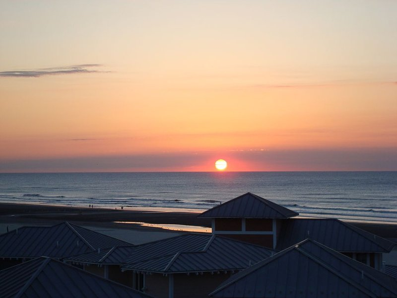 SUNsational BEACH FRONT luxury condominium, aluguéis de temporada em Wildwood Crest