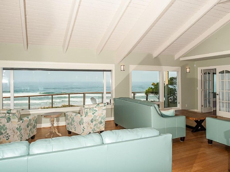 Ocean front luxury Road's End home. Hot tub. Dog friendly, close to casino., location de vacances à Lincoln City