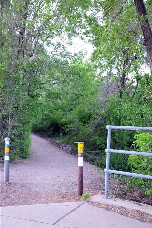L'entrée du système de sentier urbain de Flagstaff est à 1/2 pâté de maisons de la porte d'entrée