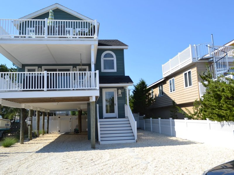 Ocean Block, 4 bedroom home with pool, hot tub and steps to the beach., vacation rental in Beach Haven West