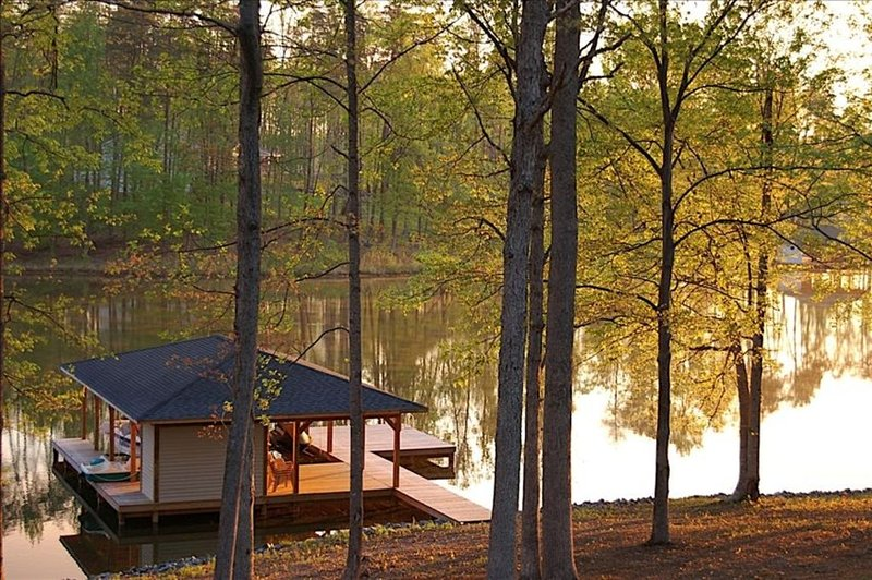 Pauley Lakehouse Lake Anna- waterfront, private dock, fire-pit, kayaks/canoe, holiday rental in Mineral