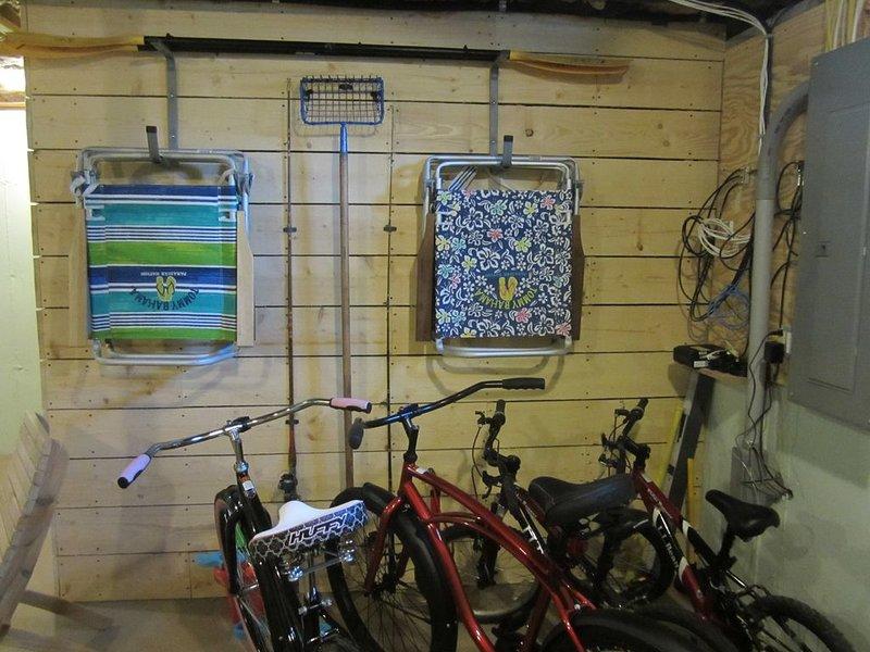 4 chaises de plage. 2 vélos adultes, 2 vélos enfants