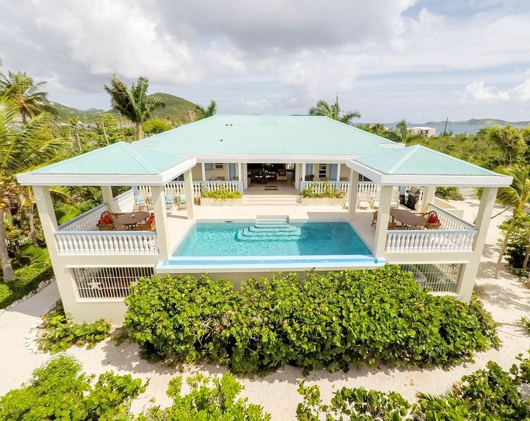 Luxury Ocean Front Villa! Infinity Edge Pool, Private Beach, Sunrise Views, location de vacances à Red Hook