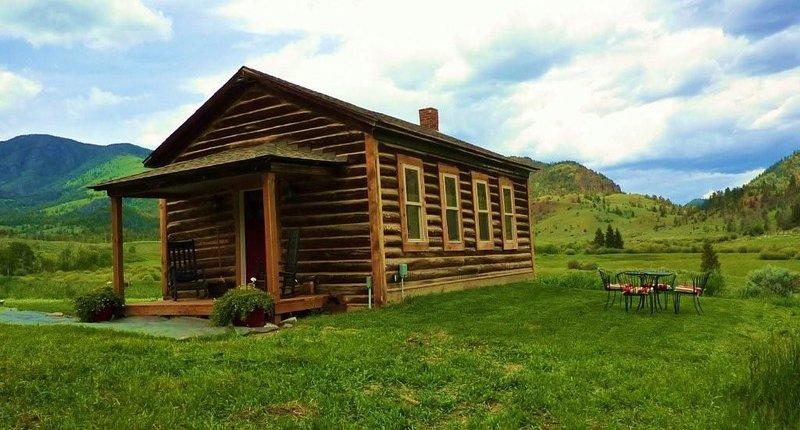 1916 Schoolhouse near Yellowstone-horse rides,zip lining, rafting, hiking, location de vacances à Gardiner