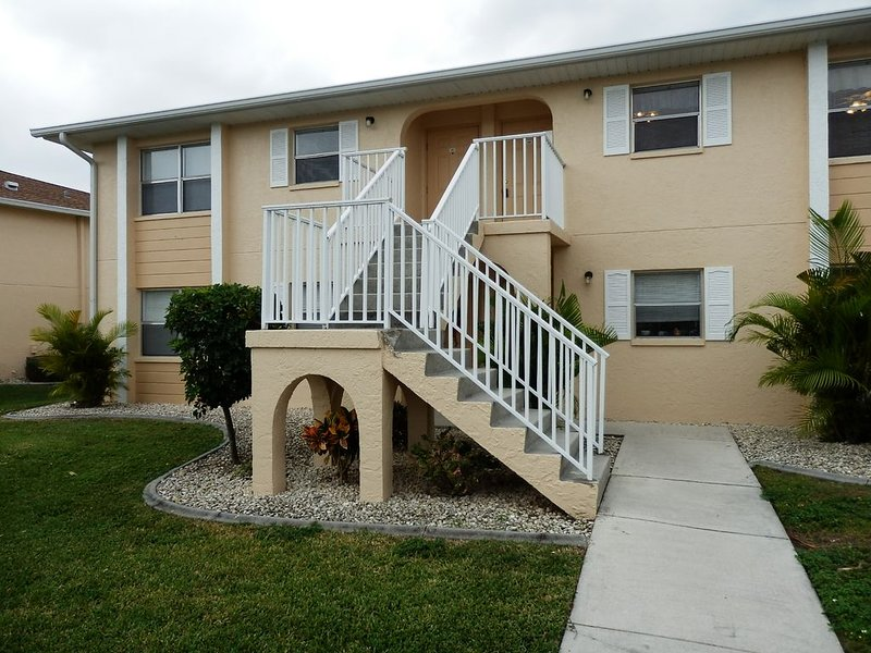 LAKEFRONT 2 BDRM, 2 BTHS MODERN, BRIGHT  AND SUNNY  CONDO -  PRIVATE PARKING, holiday rental in Fort Ogden