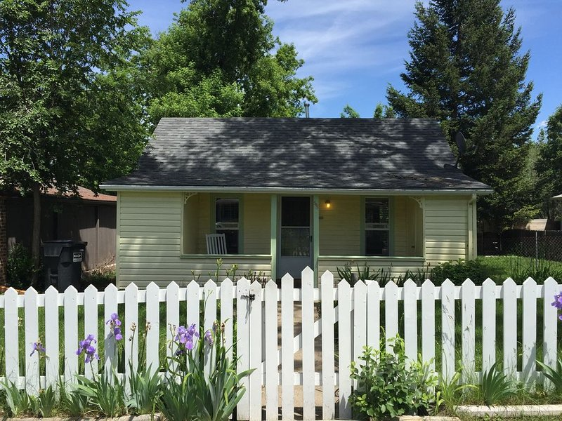 Charming Cottage in Historical Victorian Olde Erie Village, holiday rental in Brighton