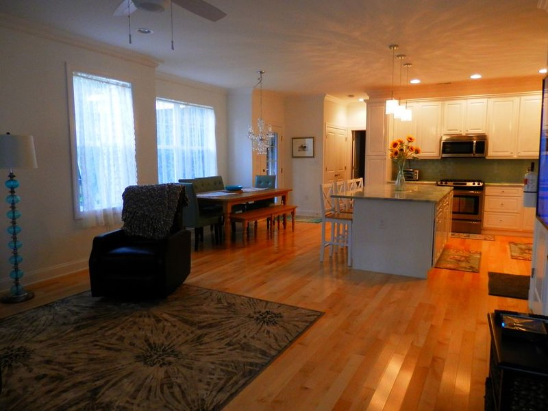 Walk To The Beach! New Beach House, WiFi, Cable Flat Screens In Every Room., vacation rental in Cape May Point